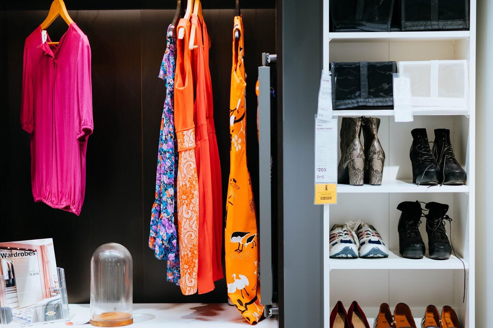 Marie Kondo macht Platz im Kleiderschrank