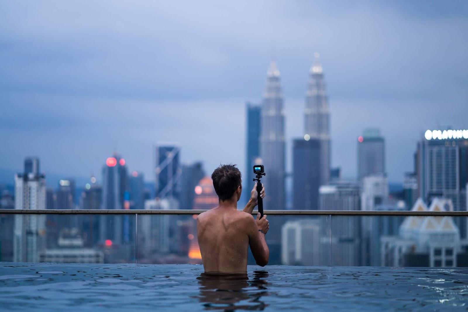 Dachterrasse Pool Mann Kuala Lumpur