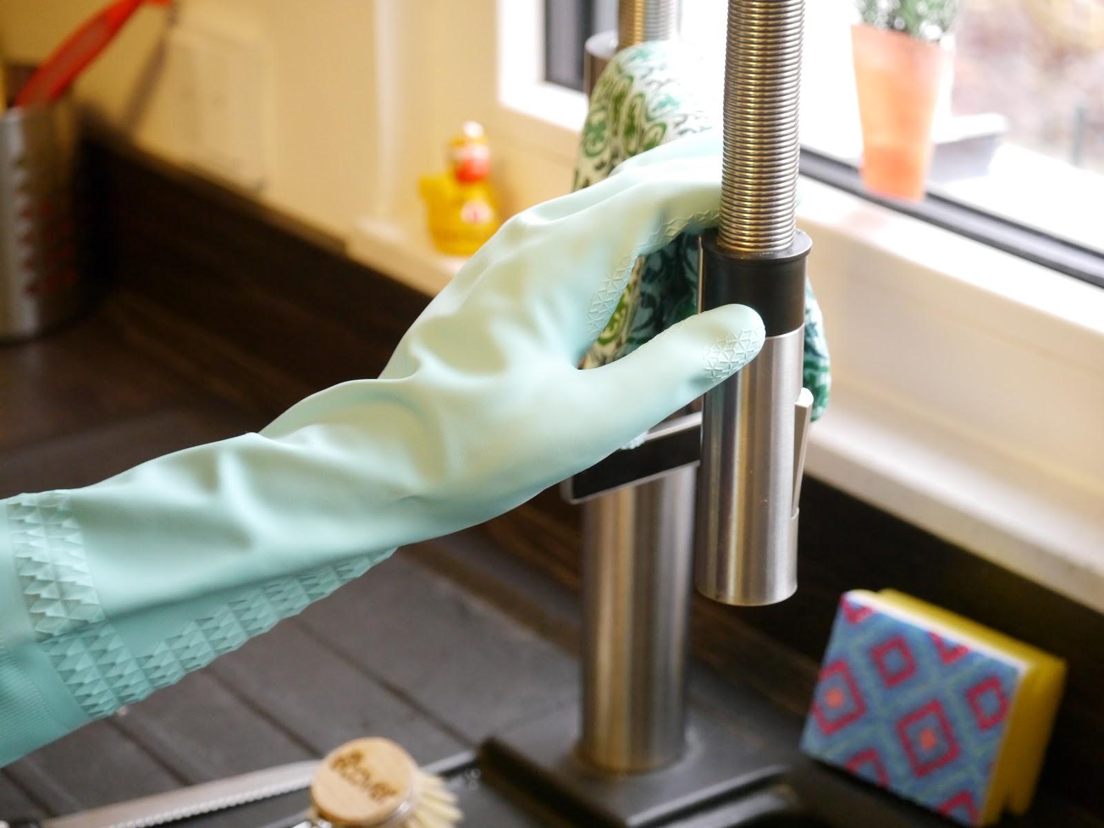 """Abwaschen mit Spontex Handschuh """"Zarte Haende"""""""