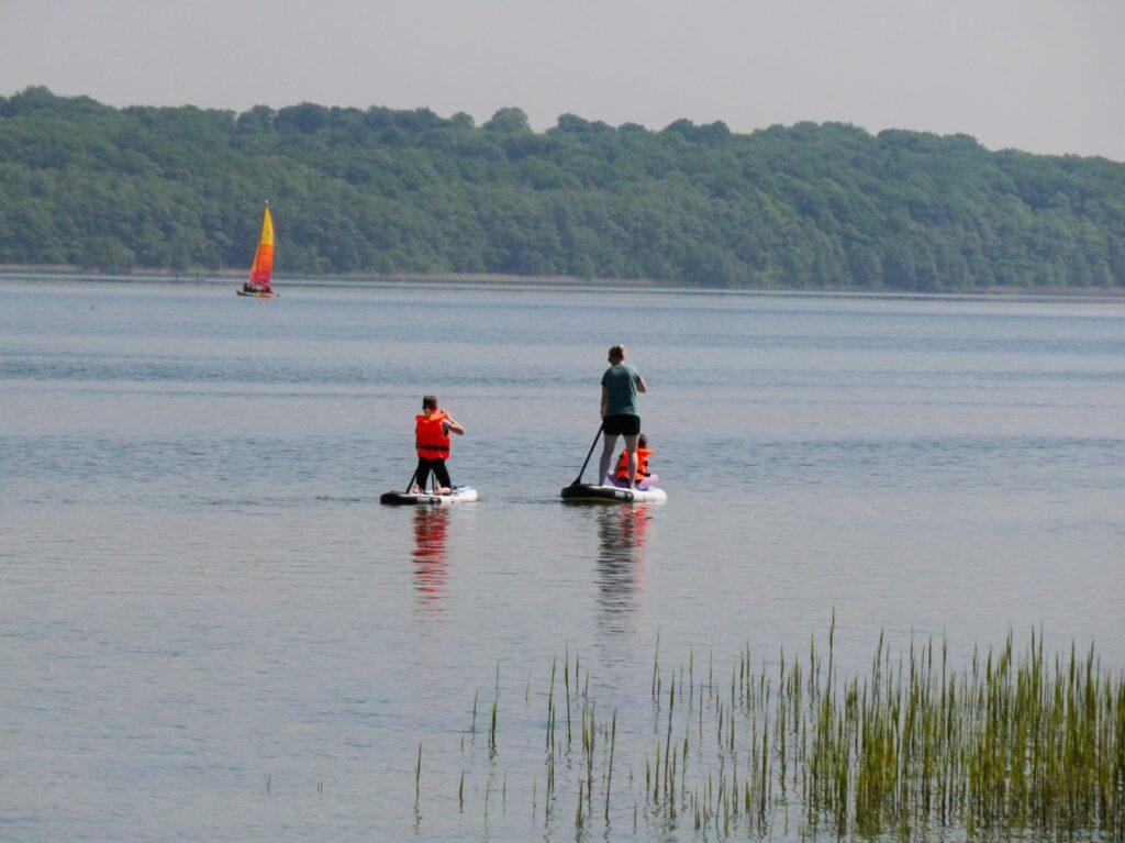 Paddeln auf dem See mit SUP Boards