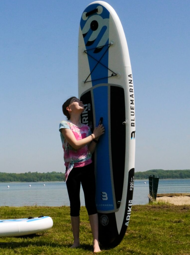 Kind mit Stand Up Paddling Board