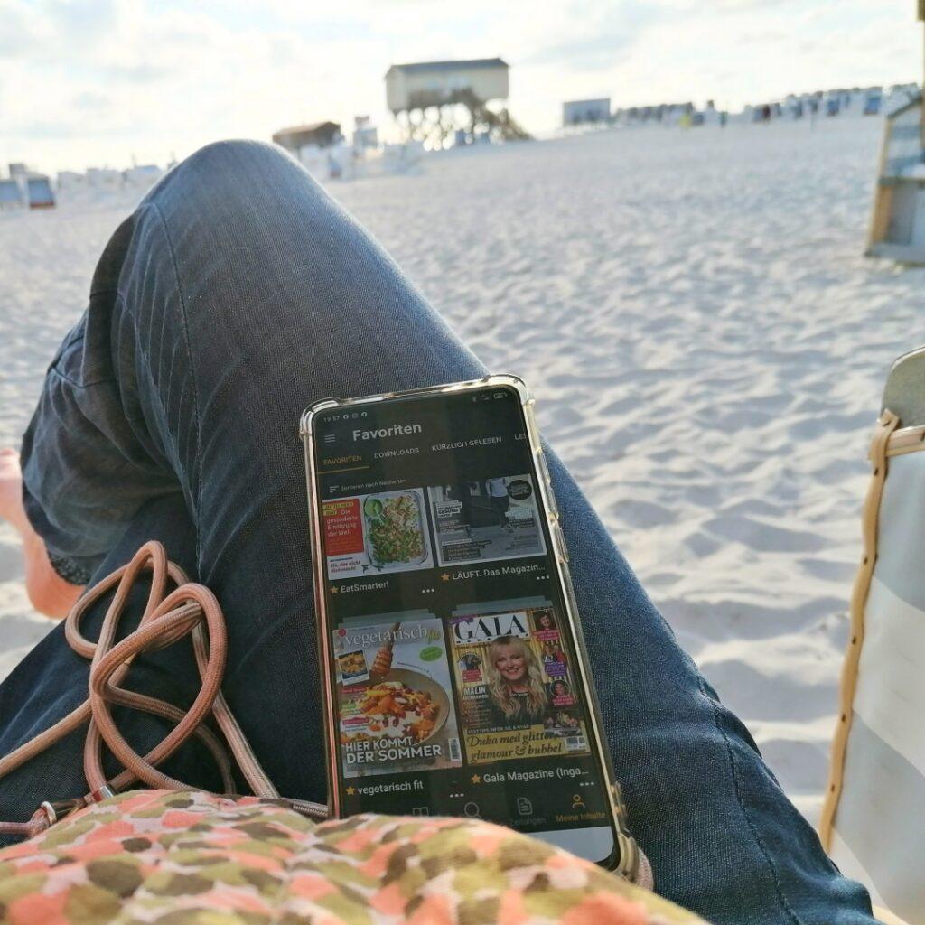 Readly App am Strand lesen